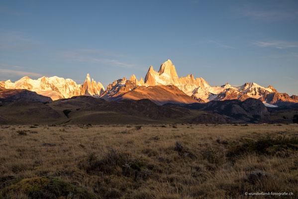 Sonnenaufgang in El Chaltén mit Blick auf Fitz Roy und Cerro Torre