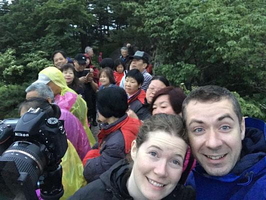 Warten auf den Sonnenaufgang mit ca. 30 anderen Personen. Die Plattform war ca. 3x1 Meter lang. Wir standen übrigens um 4.00 Uhr auf, um in der ersten Reihe zu stehen.
