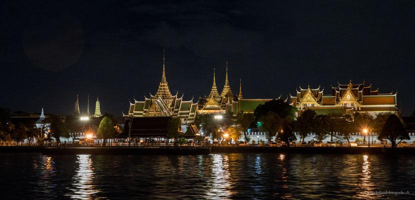 Königspalast in der Nacht am Ufer des Mae Nam Chao Phraya