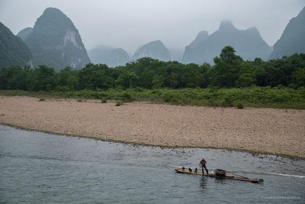 Lijiang River: Kormoran-Fischer vor den berühmten Karstfelsen
