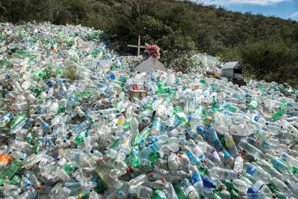 Wasserflaschen zu Gedenken an Difunta Correa
