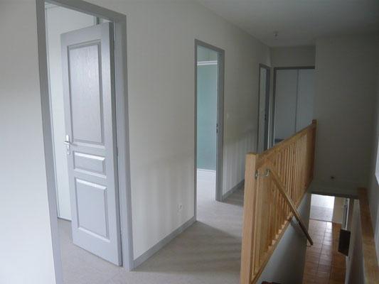 Le couloir, les entrées des trois chambres et de la salle d'eau