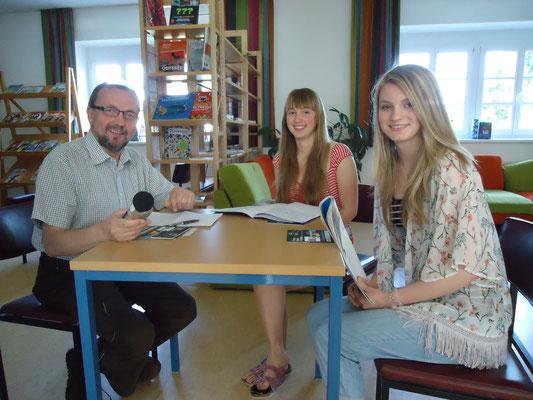 Die Schulsprecherin und ihre Mitschülerin beim Radiointerview