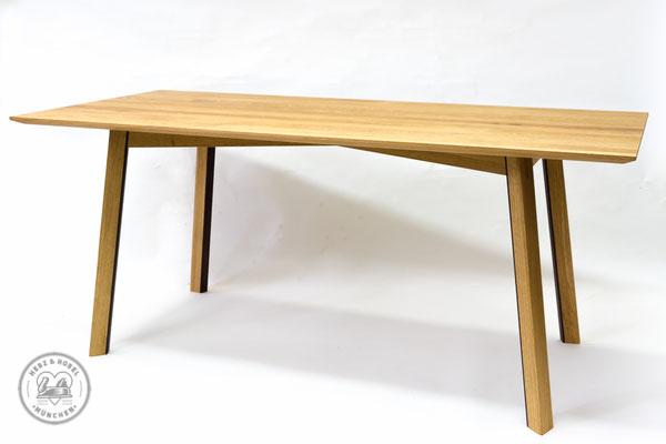 Esstisch | Zargengestell gekreuzt und abgeschrägt mit trapezförmigen Tischbeinen