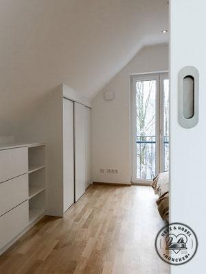 Kleiderschrank in Dachschräge | Schiebetüre | MDF Lack | Herz & Hobel | Schreinerei München