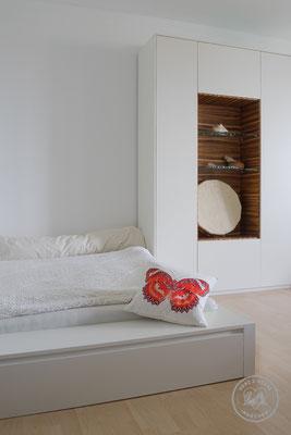 Bett | Objektschrank | MDF Lack | Zebrano geölt | Herz & Hobel | Schreinerei München