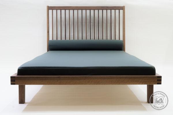 Tagesbett | Nussbaum geölt mit Futon und Nackenrolle