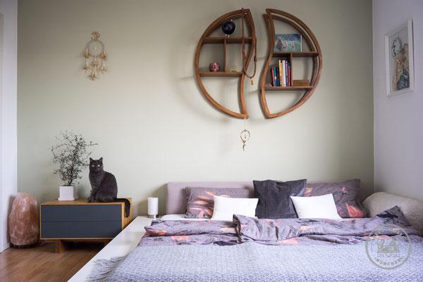 Bett | Nachtkästchen | Eiche massiv mit Linoleumfront | Herz & Hobel | Schreinerei München