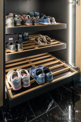 Eingangsbereich | Ausziehbare Schuhroste mit seitlicher LED-Beleuchtung | Herz & Hobel | Schreinerei München