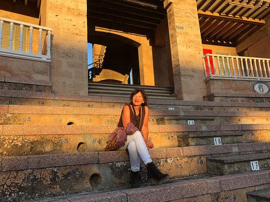 Ruhepause auf den Stufen vom Colloseum - Palma de Mallorca