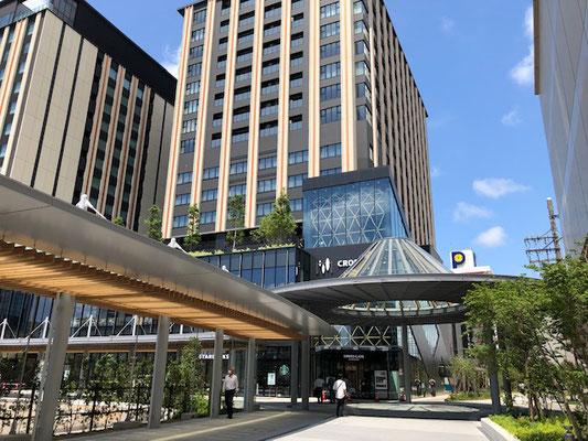 金沢駅あんと西から見たクロスゲート 広い歩道が伸びる