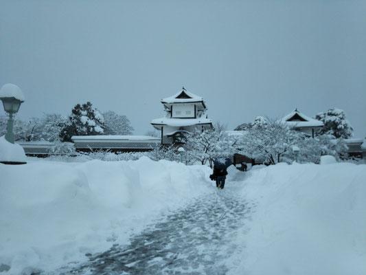 石川門へ続く雪の一本道