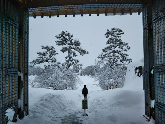 河北門をくぐる雪の一本道