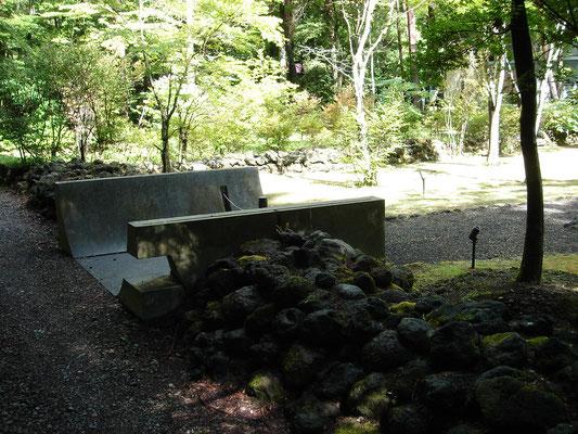 浅間石を使った外構とR型の門