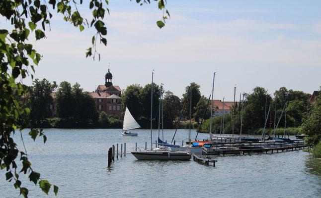 Im Hintergrund: Das Eutiner Schloss