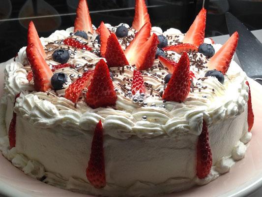 ホールケーキも食べ放題。お好きなだけカットして召し上がっていただけます【Choupana】