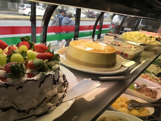 ガラスのショーケースの中にデザートが並びます【Choupana】