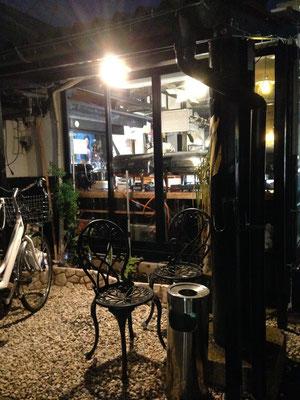 店の横にはミニガーデンがあります。店内は完全禁煙なので、喫煙はこちらでどうぞ。【Choupana】