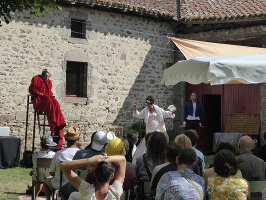 """""""les Caprices"""" dans la cour du château"""