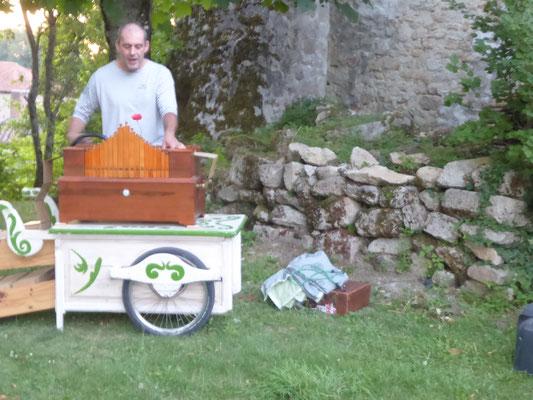 Renaud et son orgue de Barbarie