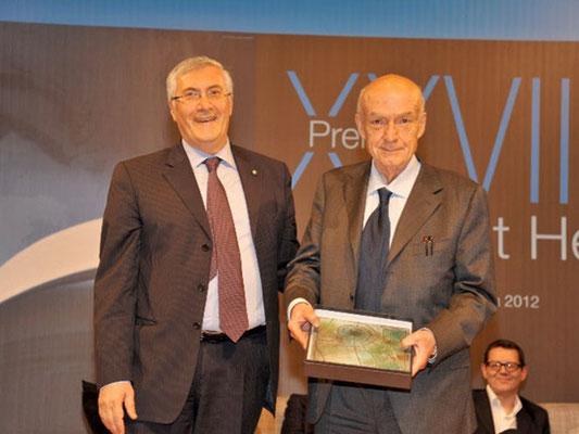 Il Prefetto dott. Ivo Salenne premia il prof. Antonio Paolucci