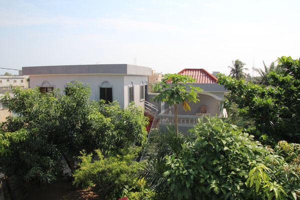 Links Appartement , rechts Terrasse. Das Kinderzimmer befindet sich unter der Terrasse.