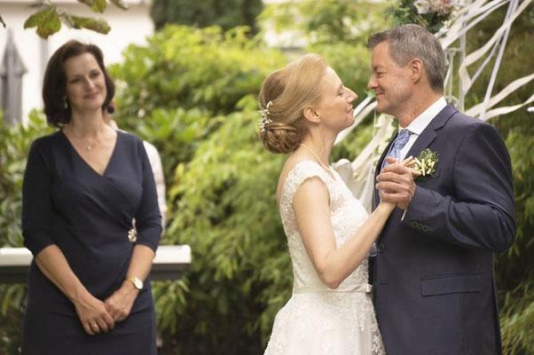 Brautpaar und AMG-Freie Rednerin; Foto: butjabutja multicrossmedia