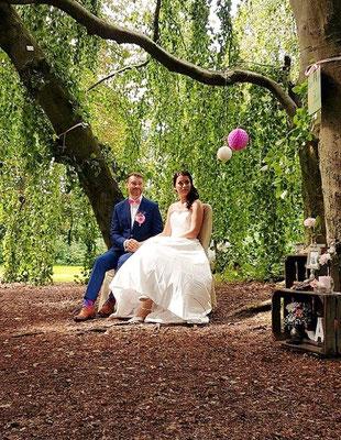 Bild: Brautpaar im Gerisch Park, Neumünster mit A.M.G-Freie Rednerin