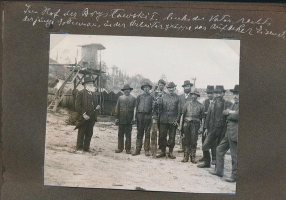 Moses Hersch Erdheim mit seinen Arbeitern um 1900