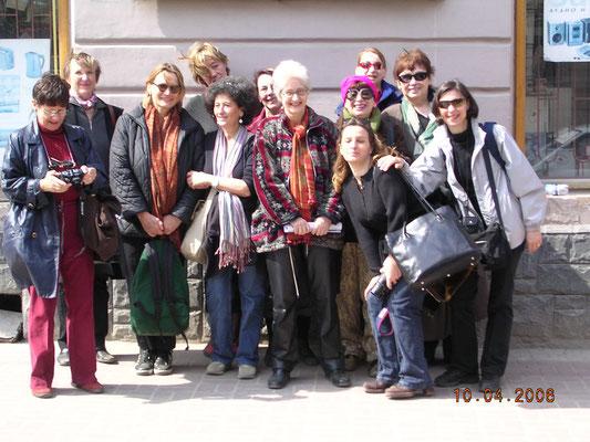 Lemberg 2006, Reisegesellschaft unter Claudia Erdheims Leitung vor dem Scholem Aljechem Haus