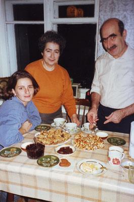 Asja und Jascha (Claudia Erdheims Gastfamilie) begrüßen die Schauspielerin Angela Schneider mit Kigl in Moskau 1997