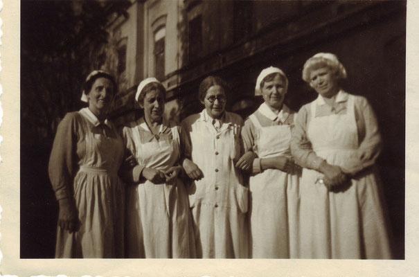 Tea Erdheim, Ärztin im Maria-Theresienschlössel von 1934 bis 1938, mit Krankenschwestern