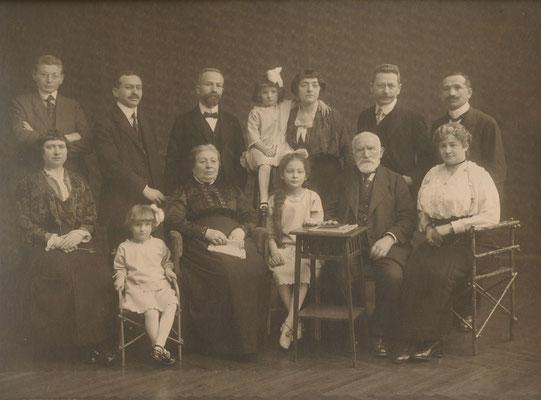 Familie Erdheim ca 1914. Stehend: Jakob, Adolf, Oskar, Tony mit Kamilla, Sigmund, Peter. Sitzend: Pauline, Esther, Tea. Moses Hersch, Sophie.la