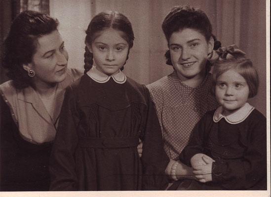 Maria und Claudia mit Kindermädeln ca 1948