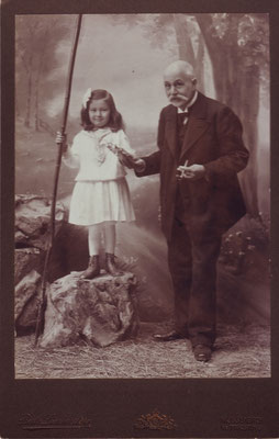Tea Erdheim mit Großvater Richard Reuter, 1910