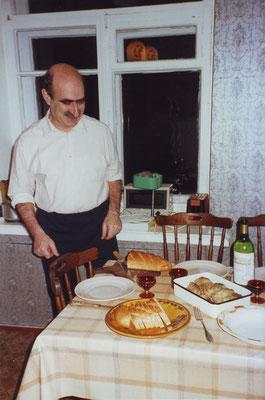 Jascha mit gefillten Fish zur Begrüßung von Angela Schneider, Moskau 1998