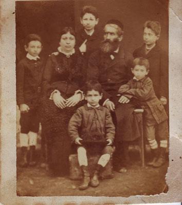Die Familie Erdheim, Boryslaw um 1880. Stehend: Jakob, Sische, Osias, Abe. In der Mitte sitzend: Esther und Moses Hersch, vorne: Pinkas
