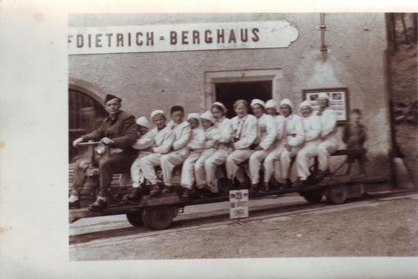 Im Salzbergwerk ca 1953, in der Mitte Tea ohne Kappe, vor ihr Maria und davor Claudia