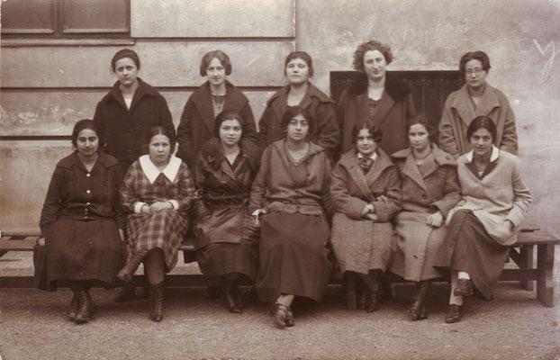 8. Klasse des Währinger Mädchenrealgymnasiums, Dezember 1924, ganz rechts stehend: Tea Erdheim