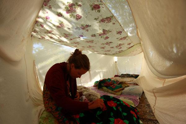 ... Frauen und Kinder unters Mückennetz