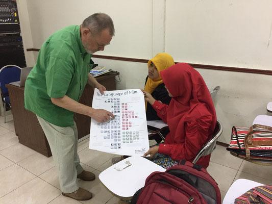 Lehrende und Studierende der Universität Surabaya (Indonesien)