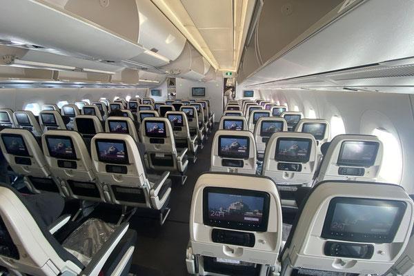 Auch im Flugzeug ist eher gähnende Leere. Dies geniesse ich, ist es in den Nicht-Corona-Zeiten doch oft eher unangenehm voll in der Economy.