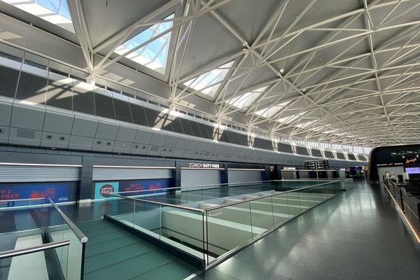 Ein Grossteil der Läden im Dutyfree-Bereich des Flughafens bleibt mangels Kunden geschlossen.