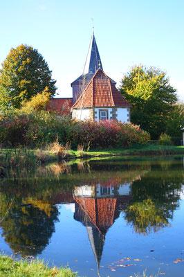 Kirche Flachstöckheim und Teich, Foto: Kristina Branz