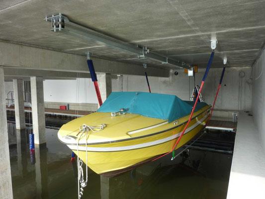 Yachthafen in Hamburg - Bootslifte mit 4-Punkt-Aufhängung auf Betondecke montiert