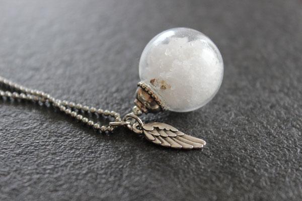 Glaskugel gefüllt mit Salz vom Toten Meer