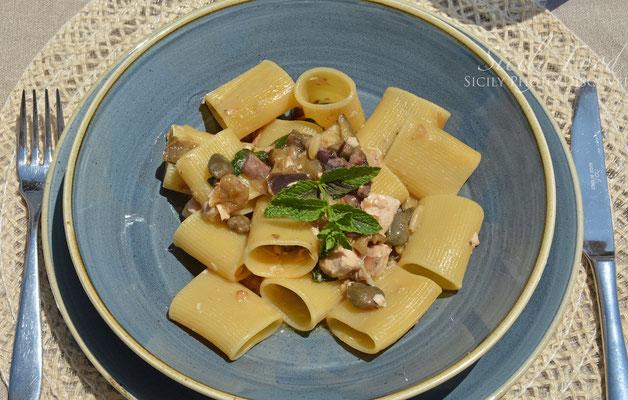 Paccheri all'eoliana: capperi, olive nere, pesce spada, mente, pinoli, melenzane fritte e ricotta infornata.