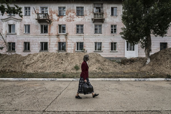 An inhabitant along the streets of the city of Kurchatov.