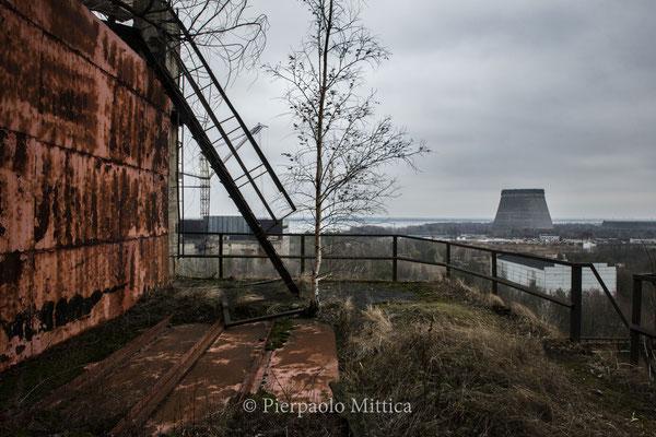 torre di raffreddamento del reattore numero 5 e magazzino dove riciclano i metalli visti dal tetto del reattore numero 5