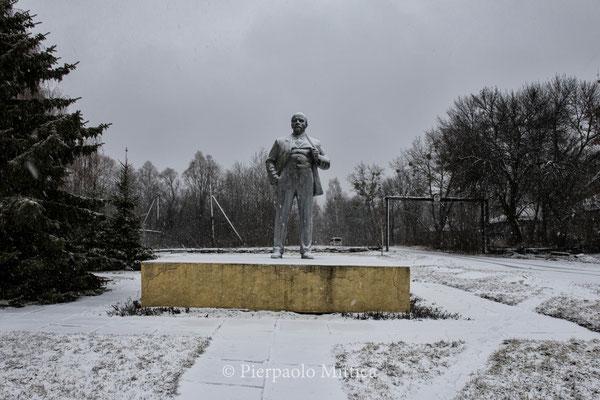 Statua di Lenin nella piazza della città di Chernobyl